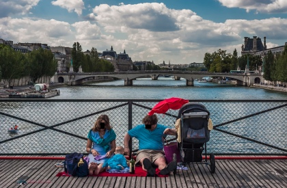 A family relaxing on Pont des Arts